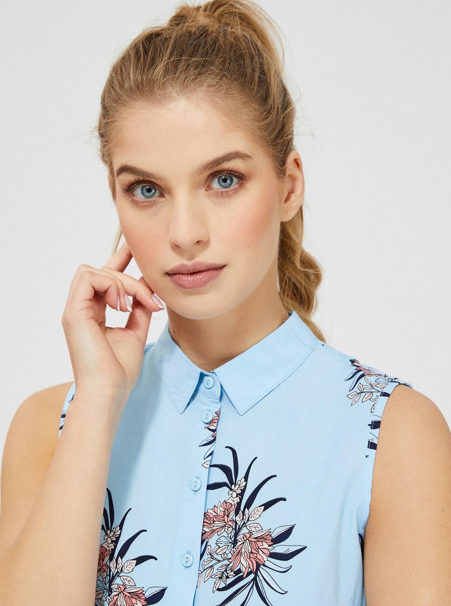 Moodo modrá halenka s květinovým motivem